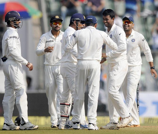 Pragyan Ojha congratulated by teammates