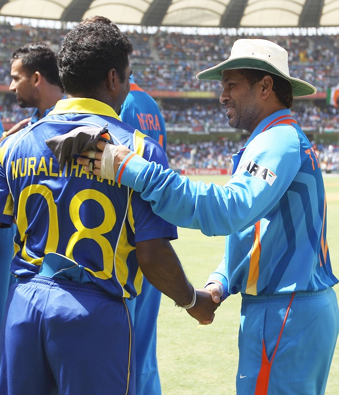 Sachin Tendulkar (right) of India shakes hands with Muttiah Muralitharan