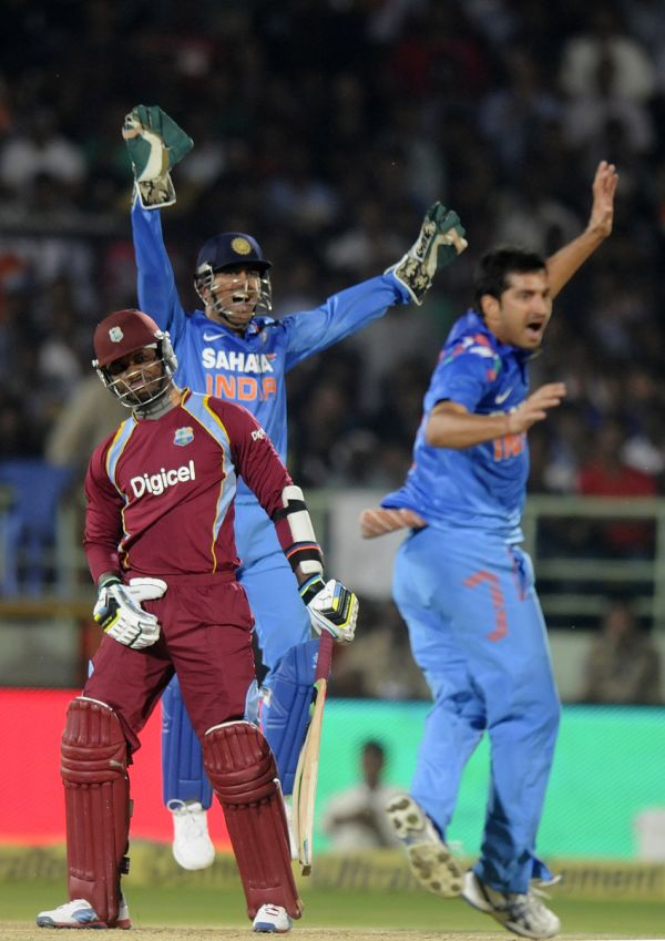 Mohit Sharma appeals for the wicket of Marlon Samuels