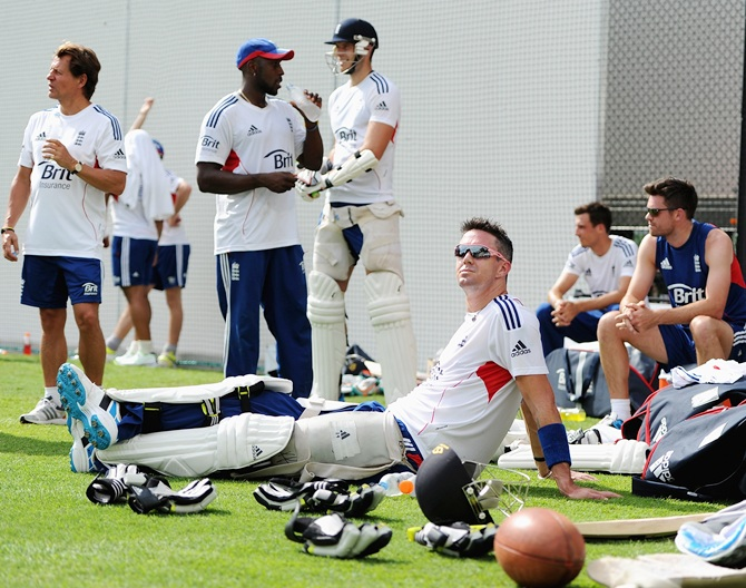 Kevin Pietersen relaxs with teammates