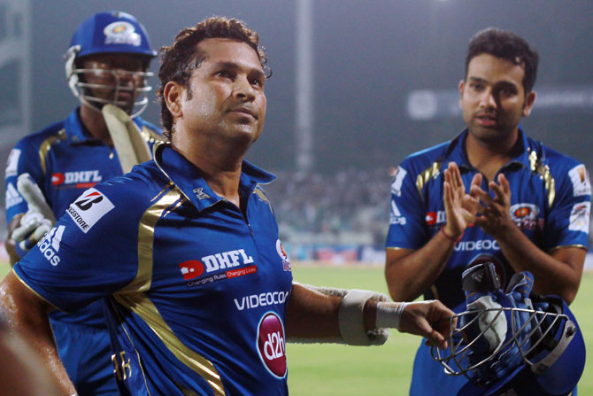 Sachin Tendulkar gets a standing ovation from his teammates