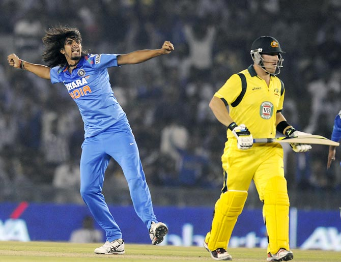 Ishant Sharma celebrates as Aaron Finch walks back