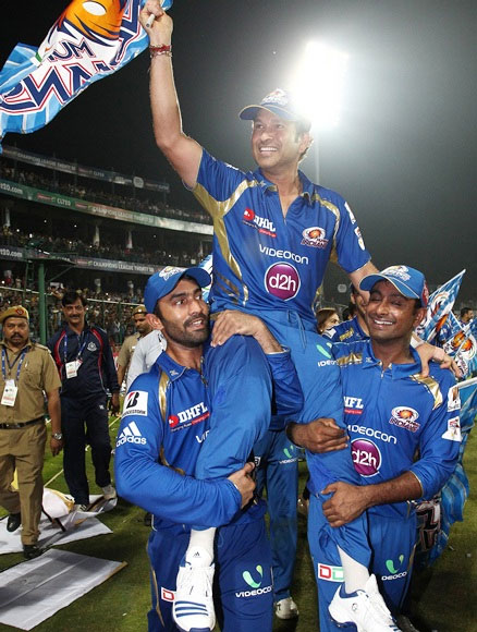 Sachin Tendulkar with teammates