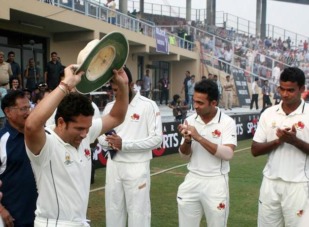 Sachin Tendulkar is applauded by his Mumbai team mates as he enters the field