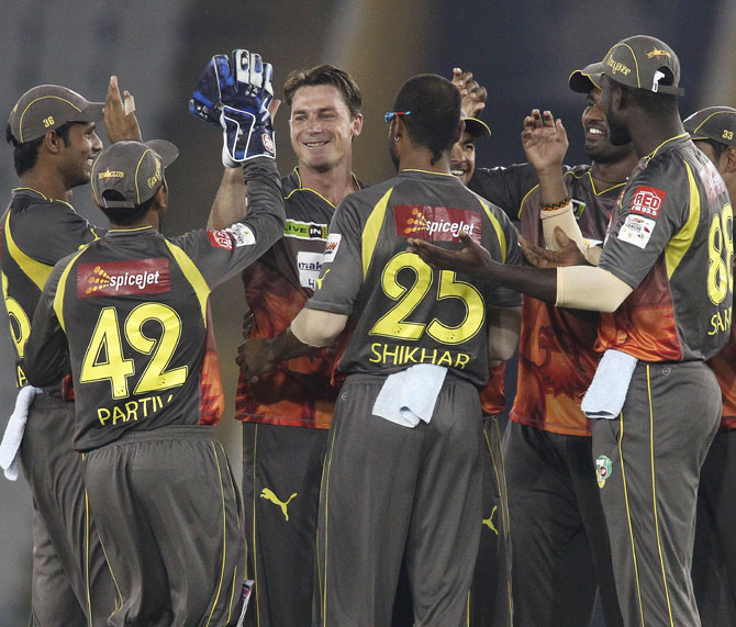 Dale Steyn (centre) celebrates with his Sunrisers Hyderabad team mates after taking the wicket of Lendl Simmons