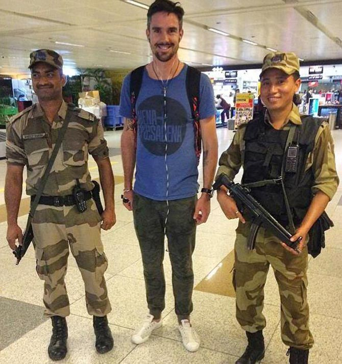 Kevin Pietersen with security guards at Delhi airport