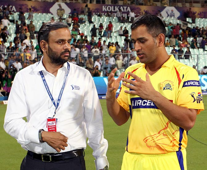 Mahendra Singh Dhoni (right) with IPL chief operating officer Sundar Raman