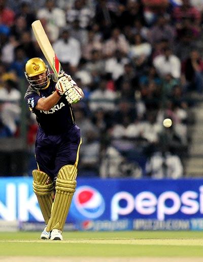 Kallis, Narine shine as KKR thrash Mumbai in IPL-7 opener