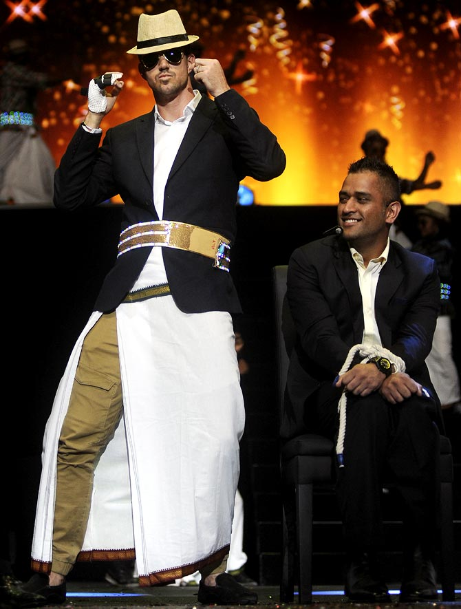 Kevin Pietersen attempts the 'Lungi Dance'