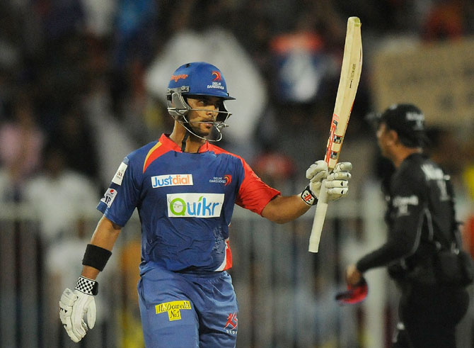 JP Duminy acknowledges the cheers following his half century