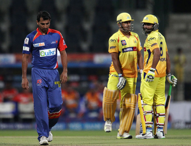 Mohammed Shami walks past Mahendra Singh Dhoni and Ravindra Jadeja