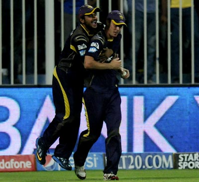 Chris Lynn is congratulated by Manish Pandey after his breathtaking catch