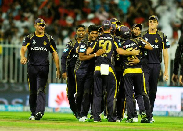 Kolkata Knight Riders players congratulate Chris Lynn after the stunning catch he pulled off to dismiss AB de Villiers