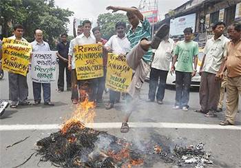 Cricket fans burn an effigy of N Srinivasan after his named cropped up in the IPL betting and spot-fixing probe