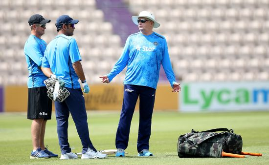 Duncan Fletcher speaks to MS Dhoni