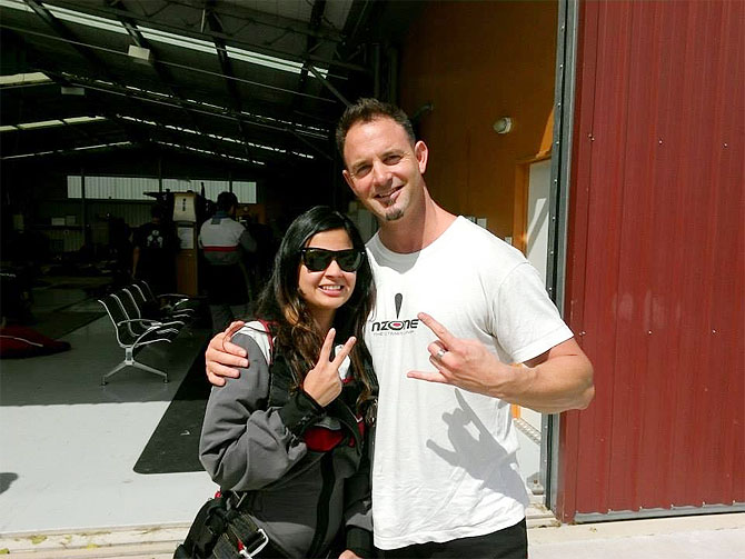 MS Dhoni's wife Sakshi with tandem master Greg Simpson