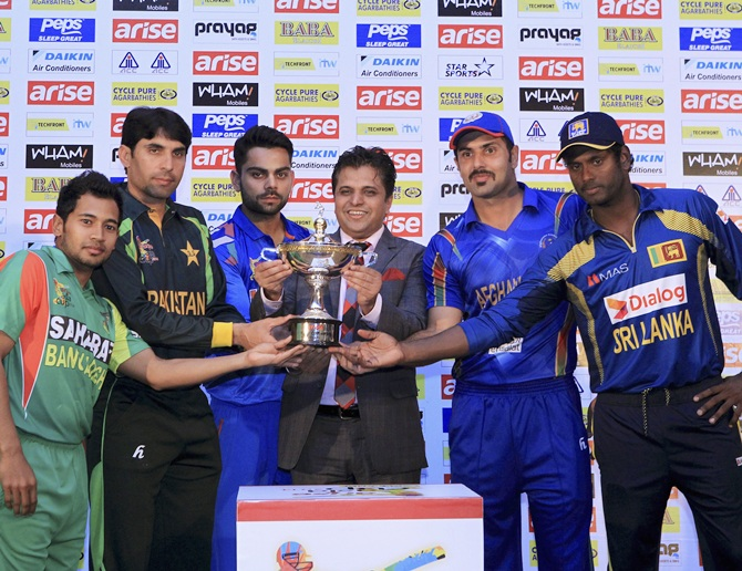 Captains pose with the Asia Cup: (From left) Bangladesh's Mushfiqur Rahim, Pakistan's Misbah-ul-Haq, India's Virat Kohli, Afghanistan's Mohammad Nabi and Sri Lanka's Angelo Mathews.