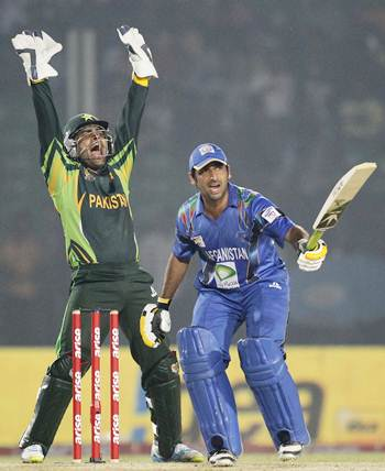 Pakistan's wicketkeeper Umar Akmal (left) appeals unsuccessfully for the dismissal of Afghanistan's Asghar Stanikzai during their Asia Cup match.