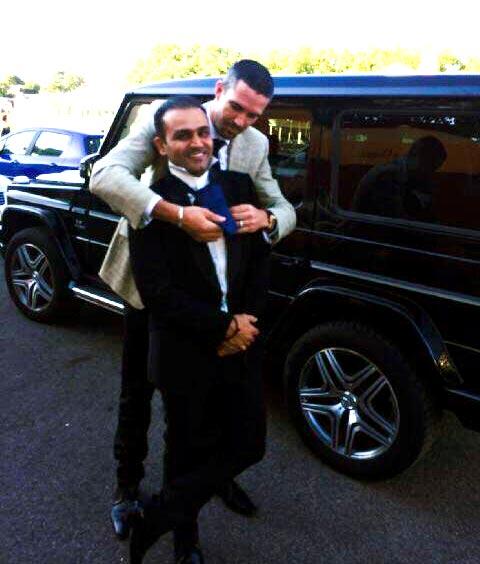 Kevin Pietersen helps Virender Sehwag with his tie
