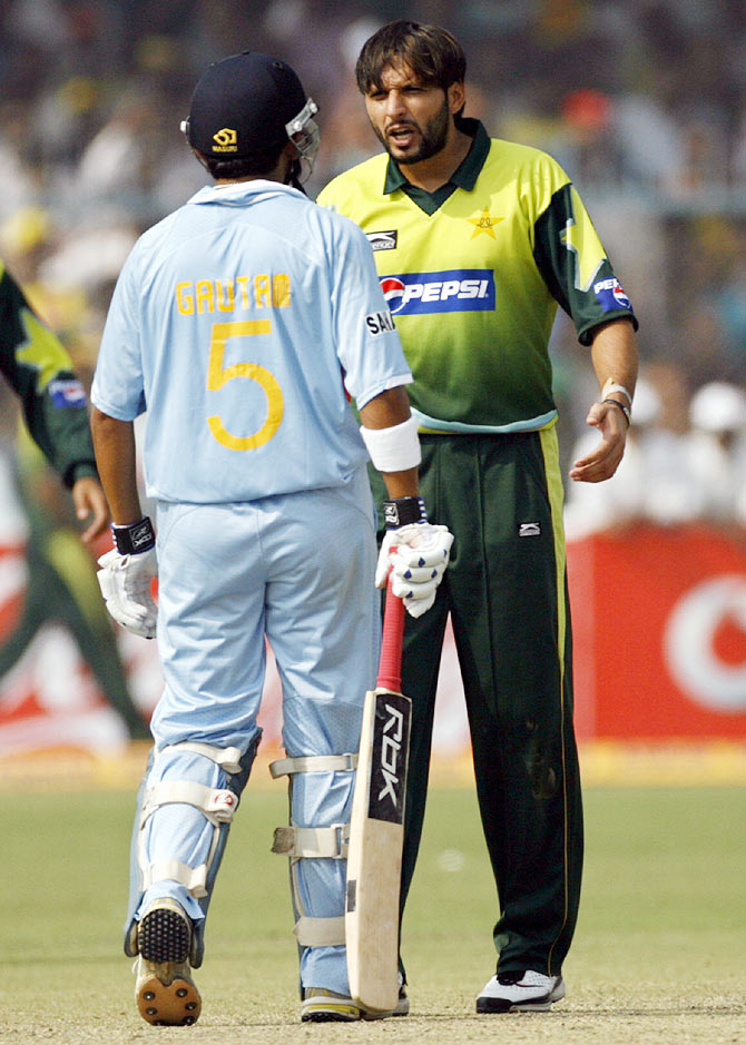 Pakistan's Shahid Afridi (R) argues with India's Gautam Gambhir during their third one-day international cricket match in Kanpur, on November 11, 2007