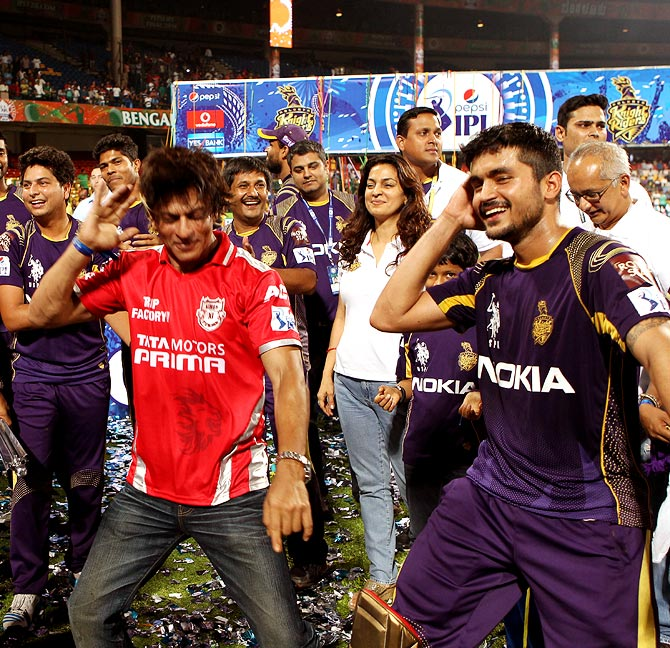 Shah Rukh Khan dances with Manish Pandey (right).