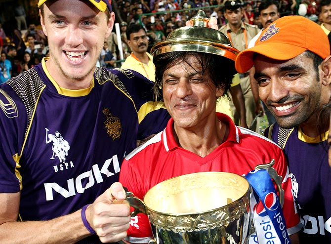 Morne Morkel of the Kolkata Knight Riders, KKR co-owner Shahrukh Khan and Robin Uthappa celebrate