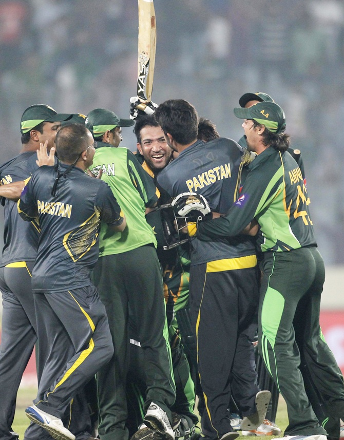 Pakistan team celebrate the win