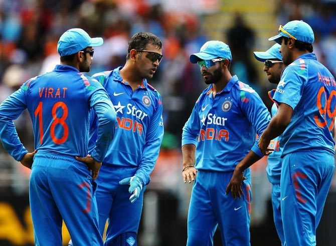 Mahendra Singh Dhoni (2nd right) speaks to his players