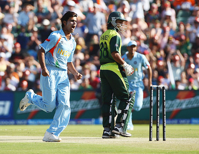 RP Singh celebrates the wicket of Mohammad Hafeez