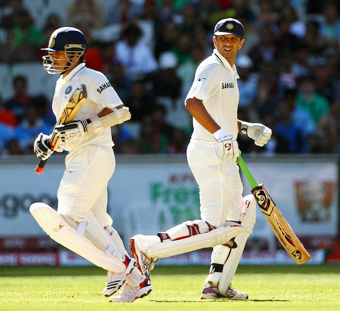 Sachin Tendulkar (left) and Rahul Dravid run between the wickets