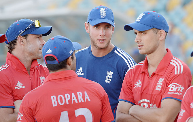 England captain Stuart Broad speaks with teammates Michael Lumb, Ravi Bopara and Alex Hales