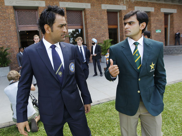 India captain MS Dhoni alongside Pakistan captain Mohammad Hafeez