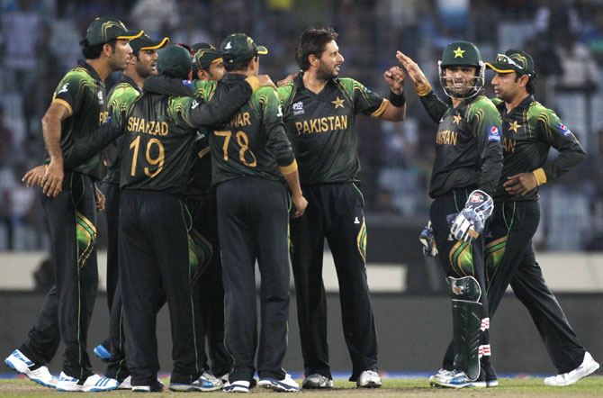 Pakistan's fielders congratulate Shahid Afridi after his dismissal of Australia's Glenn Maxwell