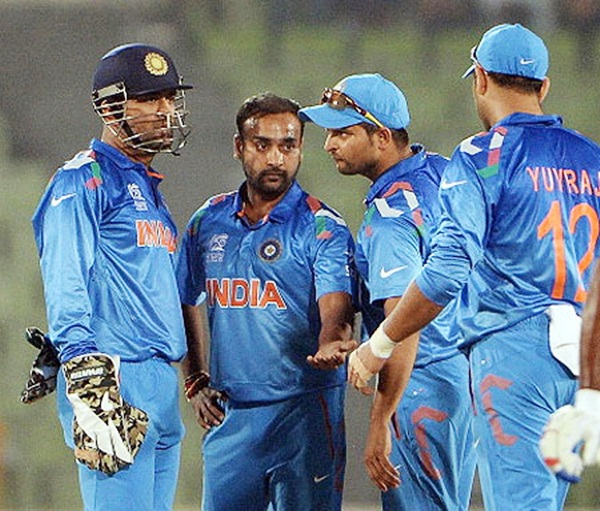 Amit Mishra celebrates with teammates after taking a wicket