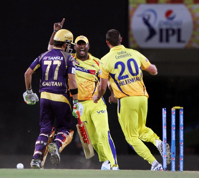 Ben Hilfenhaus (right) celebrates the run out of Gautam Gambhir