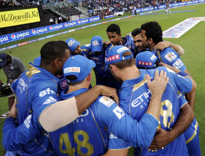 Mumbai Indians players in a huddle before the match