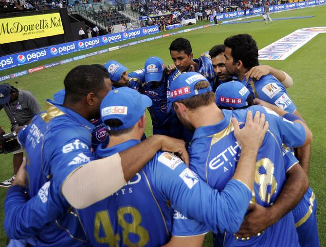 Mumbai Indians players in a huddle
