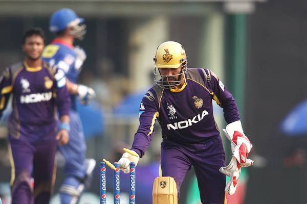 Kolkata Knight Riders wicketkeeper Robin Uthappa whips off the bails to run-out Delhi Daredevils' Kevin Pietersen.