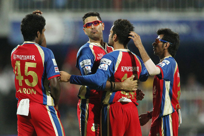 Yuvraj Singh celebrates a wicket with his Bangalore teammates
