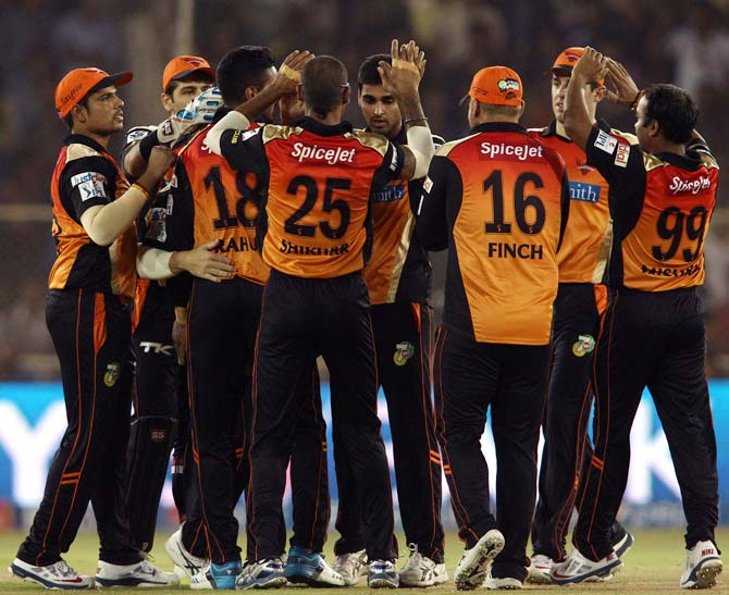 Sunrisers Hyderabad players celebrate the wicket of Ajinkya Rahane