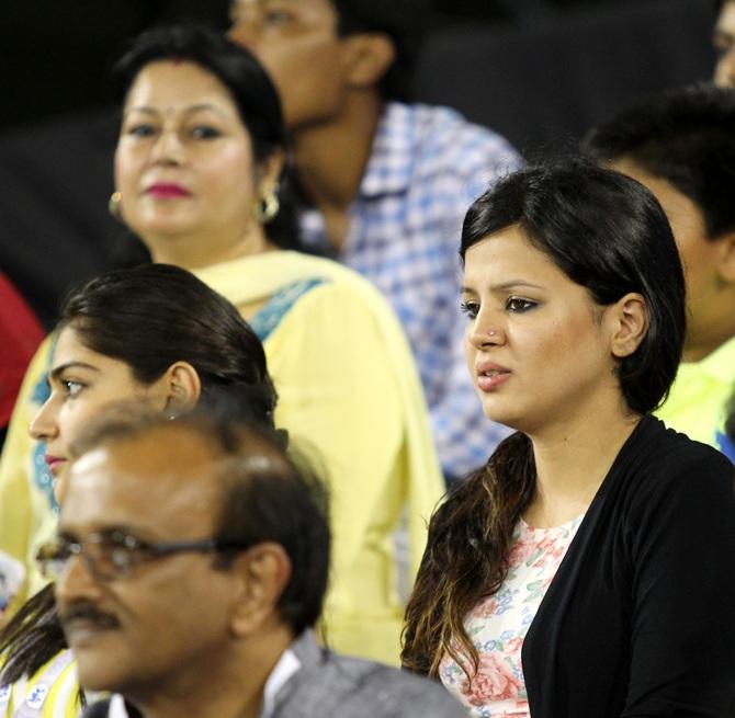 Sakshi Dhoni looks pensive