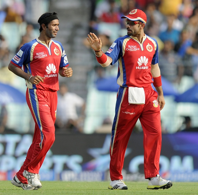 Ashok Dinda celebrates the dismissal of Manish Pandey (not in picture) with Virat Kohli