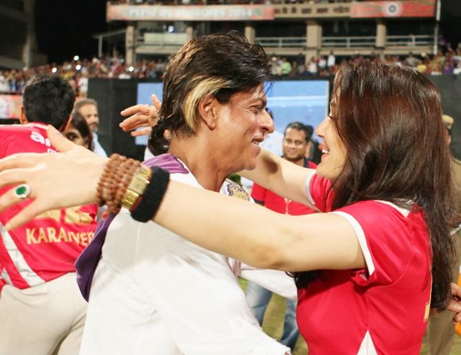 Shah Rukh Khan hugs Preity Zinta