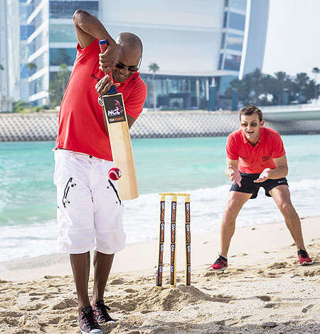 Brian Lara and Adam Gilchrist play beach cricket