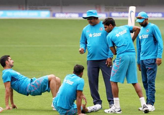 Indian bowling coach Bharat Arun with Indian bowlers Mohit Sharma, Umesh Yadav, Bhuvneshwar Kumar and Mohammad Sami during the practice session