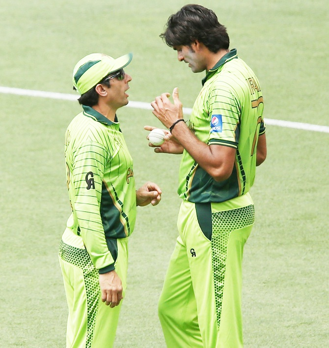 Pakistan's Misbah ul Haq speaks to his bowler Mohammad Irfan