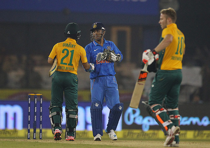 Indian skipper Mahendra Singh Dhoni congratulates Jean Paul Duminy after South Africa won the 2nd T20I in Cuttack