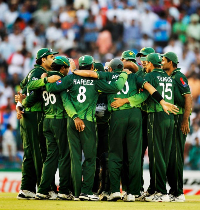 The Pakistan cricket team in a huddle