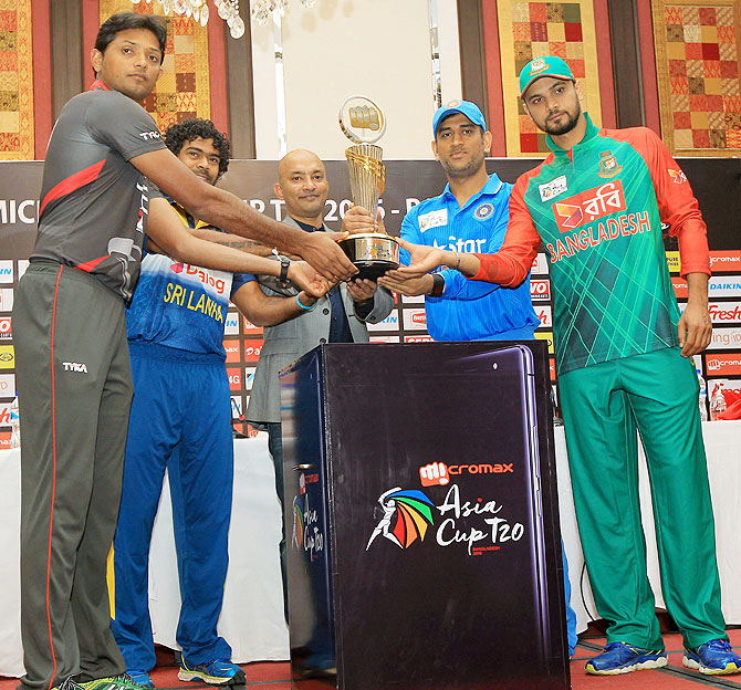 Skippers Amjad Javed of UAE, Lasith Malinga of Sri Lanka, Mahendra Singh Dhoni of India and Mashrafe Mortaza of Bangladesh with Shubhajit Sen, Chief Marketing Officer Micromax Informatics at the unveiling of the Asia Cup T20 trophy in Dhaka on Tuesday