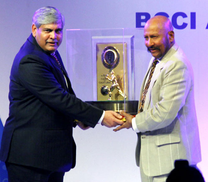 BCCI president Shashank Manohar presents the Col. CK Nayudu Lifetime Achievement Award to former India wicket-keeper Syed Kirmani